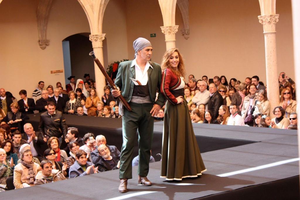 Modelos en el desfile de Trajes de Epoca Romántica, diseñadora Carmen Astete